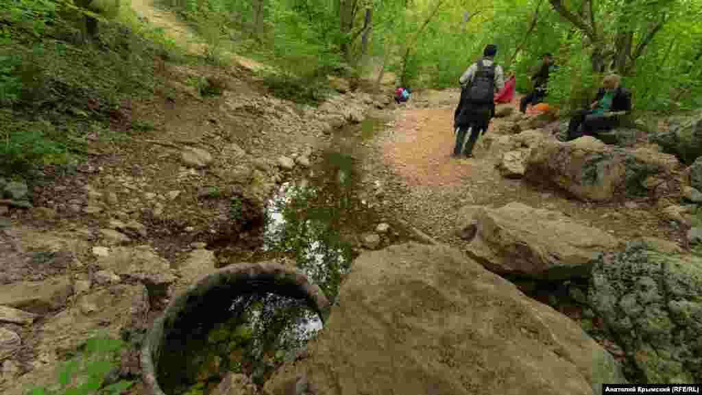 У истоков реки Ени-Сала или Егерлык-Су – правого притока реки Ангара. Чуть выше над рекой в зарослях кустарника – вход в пещеру Ени-Сала 3