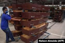 Завод по изготовлению гробов в Сан-Паулу работает 24 часа в сутки уже несколько дней. 19 мая 2020 года