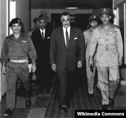 Husein, regele Iordaniei, președintele egiptean Abdel Gamal Nasser și Abdel Hakim Amer, șeful Marelui Stat Major egiptean în ajunul semnării pactului militar la Cairo