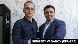 """Двое участников """"Нормандской четвёрки"""", Хейко Маас и Павел Климкин, 31 мая побывали в зоне конфликта в Донбассе (на снимке)"""