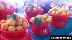 Персики на рынке в Ташкенте.