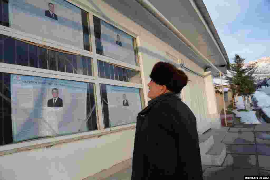 Өзбекстан президенттігіне кандидаттардың сайлау материалдарындағы ақпаратты оқып тұрған адам. Ташкент облысы, 27 қараша 2016 жыл.