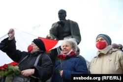 У цэнтры — Марыя Міцкевіч, унучка Якуба Коласа