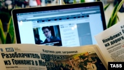 Так как США аннулировали паспорт Сноудена, он не может покинуть транзитную зону московского аэропорта Шереметьево. Покинуть его он сможет, если какое-либо государство выдаст ему паспорт и доставит ему в аэропрот