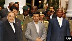 محمود احمدینژاد در کنار رئیس جمهوری اوگاندا (راست)