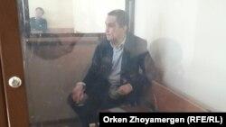 Нұрбек Құшақбаев сот залындағы оқшауланған камерада отыр. Астана, 3 сәуір 2017 жыл.