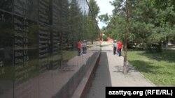 Мемориальная доска с именами жертв репрессий на месте, где в прошлом веке располагалось здание НКВД. Петропавловск, июнь 2017 года.