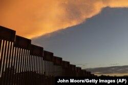 Пограничная ограда на границе с Мексикой в районе города Ногалес