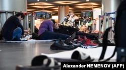 Трудовые мигранты застряли в московском аэропорту во время самоизоляции