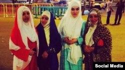 Таджикская певица Фарзона Хуршед (вторая справа) с сестрами и племянницей.