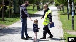 От понеделник в определени часове в парковете в София са разрешени разходките на семейства с деца и на стопани на кучета с техните любимци