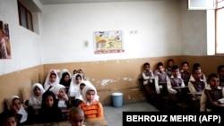İranda əfqan şagirdlər qaçqın düşərgəsində məktəbdə, arxiv fotosu