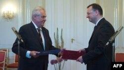 Мілош Земан (л) приймає відставку Петра Нечаса (п) і його уряду, Прага, 17 червня 2013 року