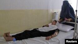 Тахар уәлаятында беймәлім заттан уланып, ауруханада жатқан оқушы қыз. Ауғанстан, 23 мамыр 2012 жыл.