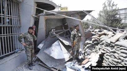 Ushtarët afganë duke inspektuar pas sulmit vetëvrasës të sotëm në një bankë në qendër të Kabulit