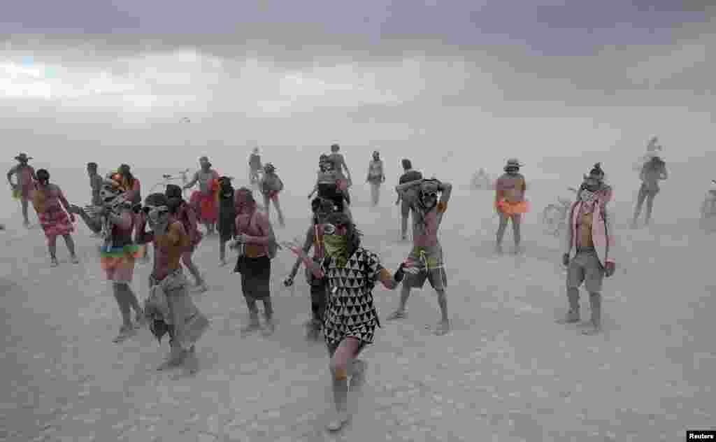 Учасники фестивалю зустрічають бурю танцем