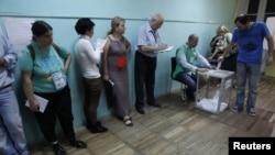 Спостерігачі стежать за ходом голосування на одній із дільниць у Тбілісі