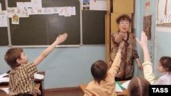 На уроке китайского языка в читинской языковой гимназии