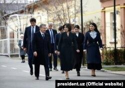 Президент Шавкат Мирзияев вместе с семьей идет на выборы.