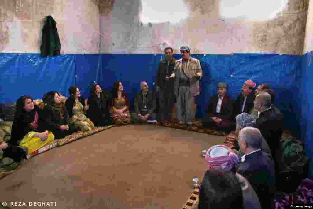 علی زعیم (ایستاده سمت راست)، فرمانده پیشمرگه های کرد در آزادسازی سنجار