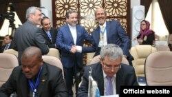 عباس عراقچی (نفر وسط ایستاده) در حال دست دادن به یکی از شرکتکنندگان در نشست اضطراری سازمان همکاری اسلامی.