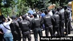 6 маусым күні полицияның қала тұрғындарын ұстау сәті. Алматы, 2020 жыл.