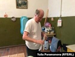 Евгений Козлов на кухне коммуналки