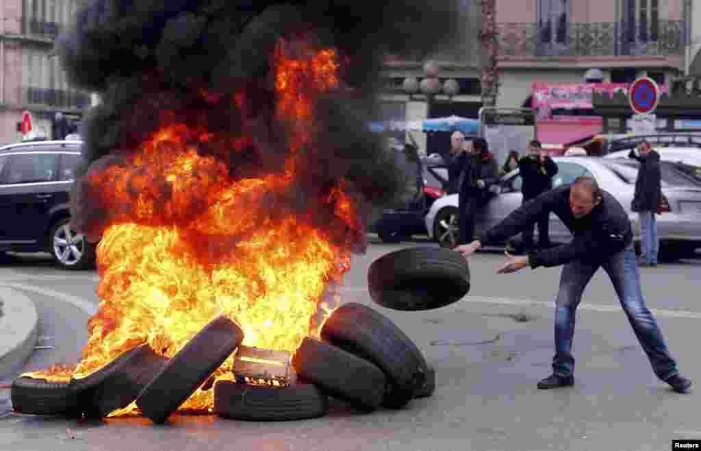 Французы уже не в первый раз выходят на улицы с протестами – такие забастовки регулярно проходят с лета 2015 года. Помимо французских водителей в акциях против Uber участвовали американские, итальянские, британские и венгерские таксисты