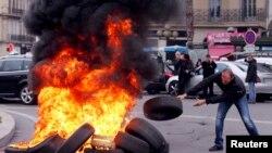 Французькі таксисти палять шини проти Uber