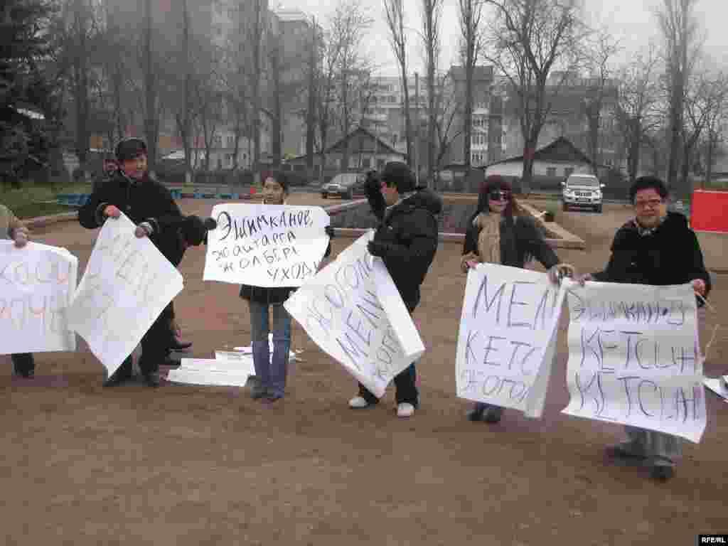 Нааразылыкка чыккан УТРК кызматкерлери талаптары аткарылмайынча акциясын токтотушпастыгын айтышууда - Kyrgyzstan -- Several Staffers of UTRK Start Hunger Strike Action Demanding To Dismiss the Director of UTRK, 17dec08