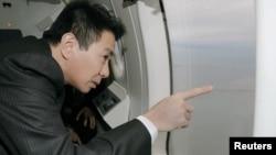 Министр иностранных дел Японии Сэйдзи Маэхара совершает полет над Курильскими островами