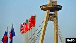 Прапори країн-членів НАТО біля мосту імені Словацького національного повстання у Братиславі, архівне фото