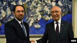 Afghan Foreign Minister, Salahuddin Rabbani (L), shakes hands with the advisor to the Pakistani Prime Minister on Foreign Affairs, Sartaj Aziz (R) (file photo).