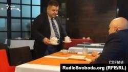 Грановський бере чайничок в руки і пересідає за стіл до Рувіна