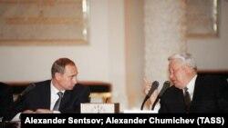 Boris Yeltsin (sağda) və Vladimir Putin, 1999-cu il