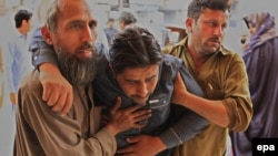 Пораненого внаслідок землетрусу чоловіка доправляють для надання медичної допомоги, Пешавар, 10 квітня 2016 року