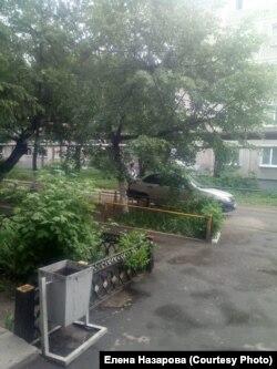 """Полицейский у заблокированного """"на карантин"""" общежития в Омске"""