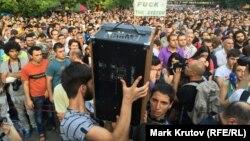 Десятки тысяч протестующих на проспекте Барграмяна, воскресенье, 28 июня