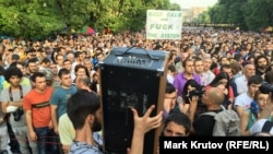 Армениядағы электр энергиясы тарифтерінің қымбаттауына наразылық танытып жатқан демонстранттар. Ереван, 28 маусым 2015 жыл.