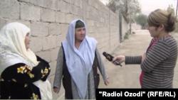 Джамила (посередине) во время беседы с корреспондентом Радио Озоди