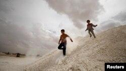 Siri: Fëmijët sirianë të cilët janë larguar nga Raka, duke luajtur në kampin në Ais Issa. 2 maj, 2017