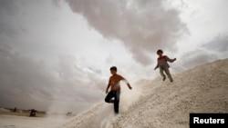 Дети, бежавшие из Ракии, играют в лагере для внутренне перемещенных лиц в Айн Исса. 2 мая 2017 года.