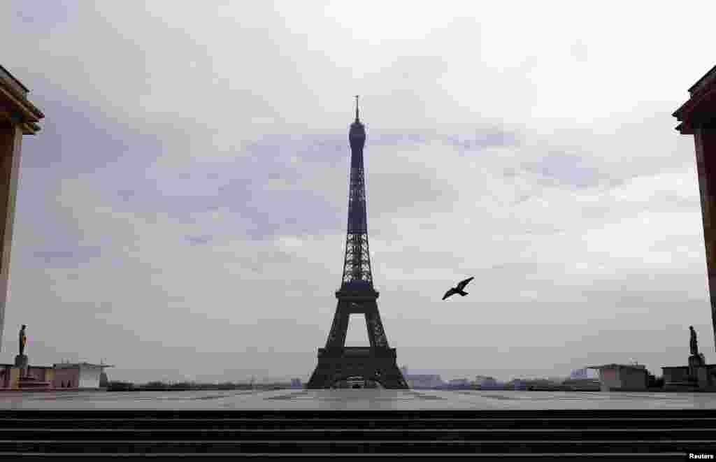 Безлюдная площадь Трокадеро возле Эйфелевой башни в Париже.С 17 марта во Франции введены строгие ограничения на передвижения людей. В стране закрыты кафе, рестораны, кинотеатры и торговые центры. По данным на среду, 25 марта, во Франции более 22,5 тысяч подтвержденных случаев заражения.