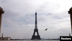 Париж в дни карантина - пустая площадь Трокадеро