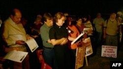 Aktivistët në Shtetet e Bashkuara duke protestuar kundër dënimit me vdekje para një burgu në vitin 2010
