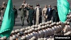 رهبر جمهوری اسلامی ایران در حال بازدید از نیروهای نظامی و انتظامی