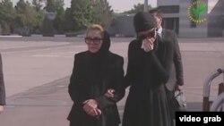 Дружина і донька Іслама Карімова в аеропорту Ташкента