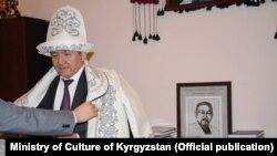 Министр Султан Жумагулов ушул сыяктуу чапан жабууга нааразылыгын билдирген.