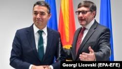 Ministri i Jashtëm maqedonas, Nikolla Dimitrov dhe i dërguari i posaç[m i SHBA-së për Ballkanin, Matthew Palmer.