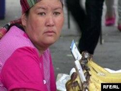 Женщина-продавец на Зеленом базаре. Алматы, 24 мая 2010 года.
